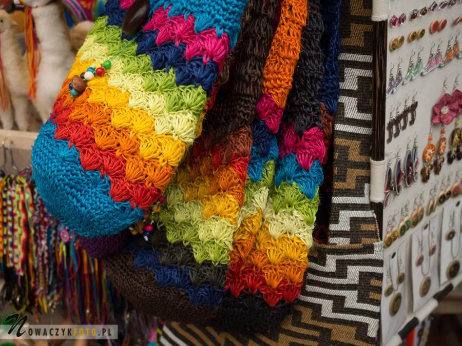 Kolorowe torby podczas wycieczki na Targ w Bogocie, Kolumbia
