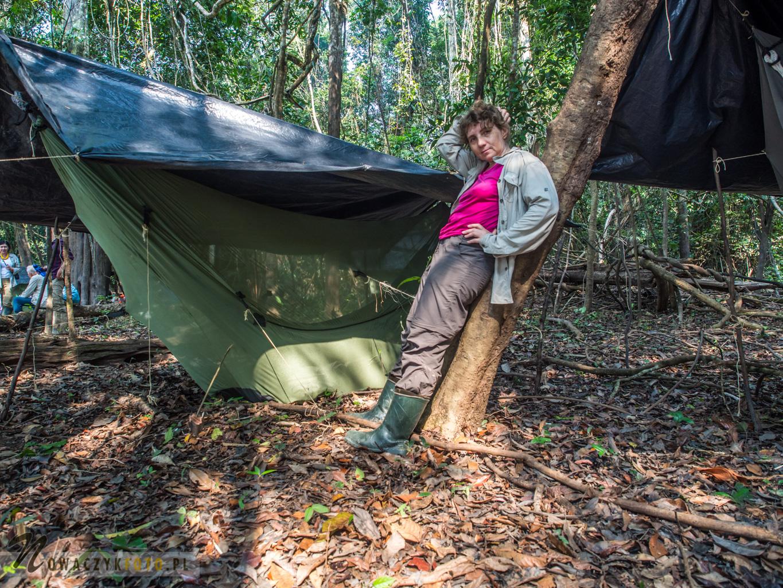 W stroju do chodzenia po dżungli między hamakami